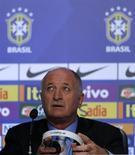 O técnico Luiz Felipe Scolari anuncia os 23 convocados do Brasil para a Copa do Mundo nesta quarta-feira no Rio de Janeiro. REUTERS/Sergio Moraes