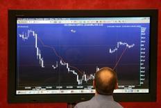 Трейдер у экрана с графиками на бирже ММВБ в Москве 23 мая 2006 года. Российские фондовые индексы выросли в начале торгов четверга после впечатляющего подъема на фоне призыва президента РФ Владимира Путина к сепаратистам на востоке Украины перенести референдум. REUTERS/Alexander Natruskin