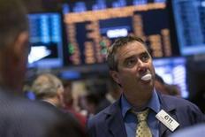 Las acciones estadounidenses abrieron planas el jueves luego de que un dato de solicitudes iniciales de subsidios por desempleo apuntó a una posible consolidación del mercado laboral, en momentos en que los inversores esperan el testimonio de la presidenta de la Reserva Federal, Janet Yellen. En la imagen, operadores en la bolsa de Nueva York el 7 de mayo de 2014. REUTERS/Brendan McDermid