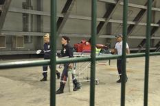 Paramédicos chegam na Arena Pantanal para socorrer um trabalhador que morreu durante as obras no estádio na quinta-feira, em Cuiabá. 08/05/2014 REUTERS/Stringer