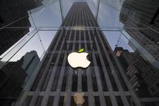 El plan de Apple de pagar 3.200 millones de dólares (unos 2.300 millones de euros) por Beats Electronics, que fabrica auriculares y tiene un prometedor servicio de música por 'streaming', podría ser el preludio de un uso más atrevido de las enormes reservas de efectivo del fabricante del iPhone e impulsar su giro hacia dispositivos portátiles. REUTERS/Brendan McDermid/Files