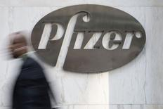Pfizer, qui a déclaré que sa promesse de préserver les emplois de recherche du britannique d'AstraZeneca en cas de succès de son offre de rachat l'engageait légalement, à suivre lundi sur les marchés américains. /Photo d'archives/REUTERS/Andrew Kelly
