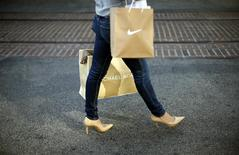 Centro comercial The Grove, Los Angeles, nov 26, 2013. Las ventas minoristas en Estados Unidos subieron levemente en abril y un indicador de gasto del consumidor cayó, lo que podría enfriar las esperanzas de una fuerte aceleración en el crecimiento económico en el segundo trimestre. REUTERS/Lucy Nicholson