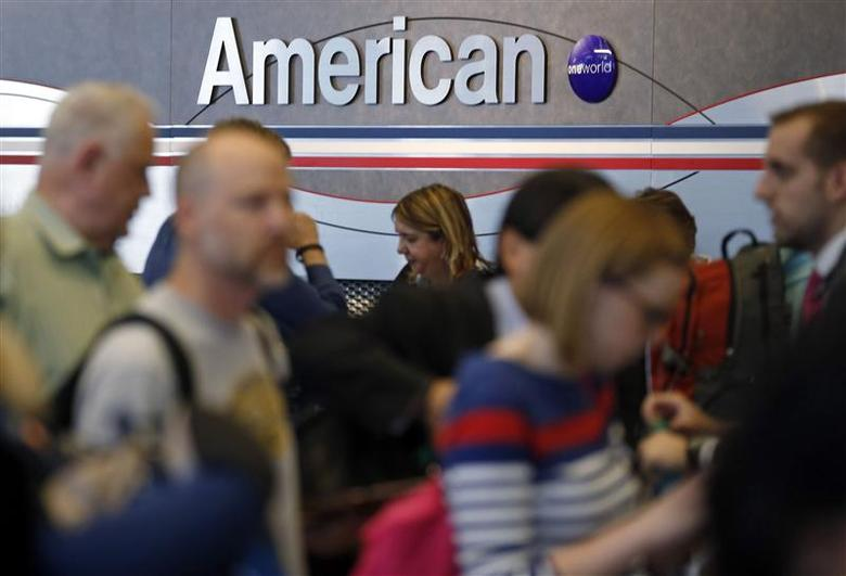 Travelers line up at an American Airlines ticket counter at O'Hare Airport in Chicago, Illinois, May 13, 2014. REUTERS/Jim Young