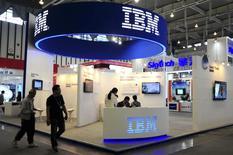 Un grupo de participantes en el puesto de IBM en la feria de tecnología de Nanjing, China, sep 6 2013. International Business Machines (IBM) espera que el sector del hardware se estabilice este año y mantendrá sus pronósticos de ganancias de 30 dólares por acción en el 2015, dijo el miércoles su director financiero a inversores en una sesión informativa. REUTERS/China Daily SOLO PARA USO EDITORIAL