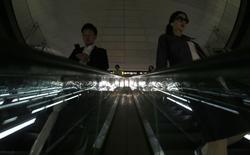 Dans une station de métro à Tokyo. L'économie japonaise a enregistré au premier trimestre 2014 sa plus forte progression depuis plus de deux ans (+1,5% par rapport au trimestre précédent), notamment sous l'effet des anticipations des ménages avant un relèvement de la TVA le 1er avril. /Photo prise le 15 mai 2014/REUTERS/Yuya Shino