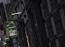 Le titre BNP Paribas figure au rang des valeurs à suivre ce jeudi à la Bourse de Paris, alors que le groupe bancaire français continue à discuter avec les autorités américaines d'un litige portant sur des transactions en dollar et potentiellement illégales au regard du droit américain. /Photo d'archives/REUTERS/Mal Langsdon