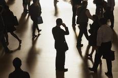 Le numéro un français des télécoms Orange mène des discussions avec son concurrent Bouygues Telecom portant entre autres sur l'opportunité d'un rapprochement capitalistique, a-t-on appris jeudi soir de deux sources au fait du dossier, confirmant des informations du journal Les Echos. /Photo d'archives/REUTERS/Zoran Milich