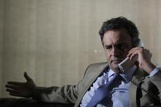 O pré-candidato do PSDB à Presidência, o senador Aécio Neves, atende  ligação durante entrevista concedida à Reuters em abril, em Brasília. Nesta sexta-feira, o senador prometeu transparência na política fiscal, redução das bandas de inflação e revisão das bases do mercosul durante evento em São Paulo. 03/04/2014 REUTERS/Ueslei Marcelino