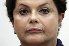 La presidenta de Brasil, Dilma Rousseff, en una ceremonia en el palacio de Gobierno en Brasilia, abr 30 2014. Dilma Rousseff entra algunas veces en la cabina de su avión presidencial, pide ver el plan de vuelo y le ordena al piloto que evite posibles turbulencias, aunque sume horas al viaje. REUTERS/Ueslei Marcelino