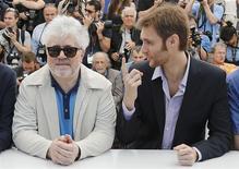 """En la imagen, el director Damián Szifrón y el productor Pedro Almodóvar durante el estreno de """"Relatos salvajes"""", Cannes, mayo 17, 2014. Una cinta argentina que produce Almodóvar sobre la venganza impresionó a los críticos en el Festival de Cannes el sábado, ganando muchos más aplausos que la película sobre la vida privada del diseñador de moda francés Yves Saint Laurent. REUTERS/Regis Duvignau"""