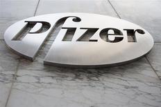 Logo de Pfizer en las oficinas centrales de la empresa, Nueva York, abr 28, 2014. Pfizer está considerando mejorar su oferta por AstraZeneca mientras trabaja contra el reloj junto con sus asesores en una batalla en la que le quedan apenas ocho días para quedar bajo las normas de adquisiciones de Gran Bretaña. REUTERS/Andrew Kelly
