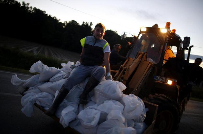 Balkans flooding threatens Serbia power plants, 37...