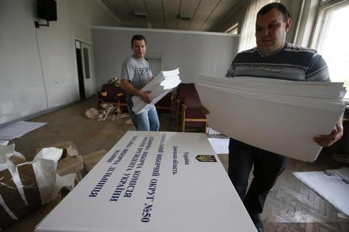 Election officials at sharp end in separatist Ukraine city
