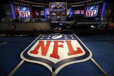 El logo de la NFL en el Radio City Music Hall de Nueva York, abr 25 2013. Si DirecTV no logra alcanzar un acuerdo con la Liga Nacional de Football Americano para renovar el contrato del operador de televisión satelital para transmitir el popular paquete de juegos dominicales de la NFL, la empresa AT&T podría desistir de la fusión, según una nota ante los reguladores.    REUTERS/Shannon Stapleton