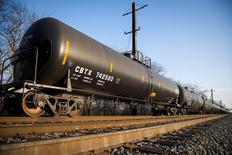 Цистерны с нефтью у НПЗ Philadelphia Energy Solutions в Филадельфии 20 марта 2014 года. Цены на нефть растут под влиянием ситуации в Ливии и неожиданного снижения запасов нефти в США. REUTERS/David M. Parrott