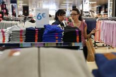 La confiance du consommateur a augmenté bien plus que prévu en mai dans la zone euro, atteignant son niveau le plus élevé en six ans et demi, suivant la première estimation de la Commission européenne. /Photo prise le 20 mai 2014/REUTERS/Javier Barbancho