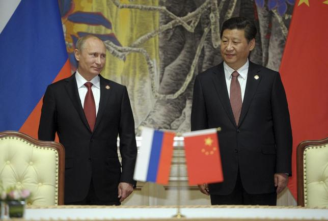 Russia's President Vladimir Putin (L) and China's President Xi Jinping attend a signing ceremony in Shanghai May 21, 2014. REUTERS/Alexei Druzhinin/RIA Novosti/Kremlin