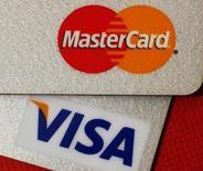 Кредитные карты MasterCard и VISA, Гонконг, 8 декабря 2010 года. РФ готова смягчить требования к международным платежным системам Visa и Mastercard, которые были ужесточены в ответ на прекращение обслуживание карт российских банков, попавших под санкции США, и могут стать причиной ухода этих организаций из РФ. REUTERS/Bobby Yip