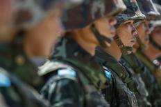 Военнослужащие армии Таиланда в центре Бангкока 22 мая 2014 года. Вооруженные силы Таиланда взяли под контроль правительство втянутой в затянувшиеся уличные протесты страны, сообщил командующий армией генерал Прают Тан-оча в четверг. REUTERS/Athit Perawongmetha