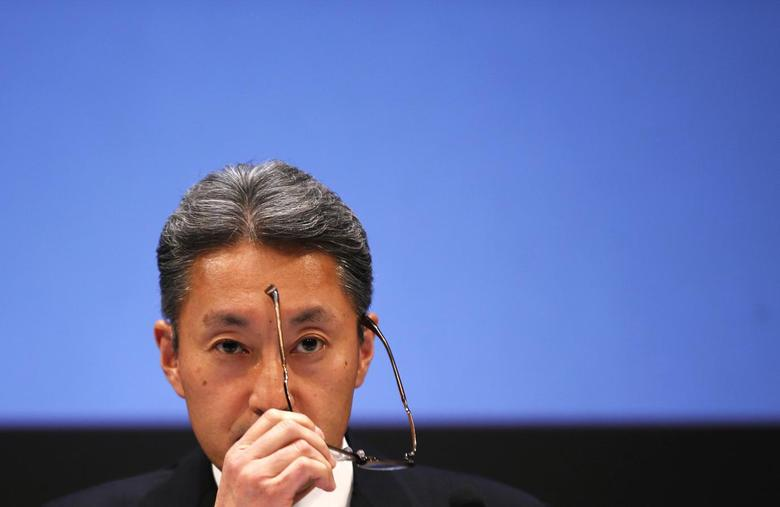 Sony Corp President and Chief Executive Officer Kazuo Hirai takes off his glasses during a news conference at the company's headquarters in Tokyo February 6, 2014. REUTERS/Toru Hanai