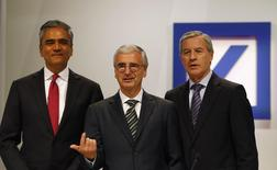 Anshu Jain (L) and Juergen Fitschen (R), co-CEOs of Deutsche Bank AG and Paul Achleitner, head of the supervisory board, pose for the media prior to a shareholders meeting in Frankfurt May 22, 2014. REUTERS/Ralph Orlowski