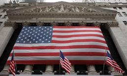 Wall Street a ouvert jeudi sans grand changement après un l'annonce d'une hausse des inscriptions hebdomadaires au chômage qui restent cependant toujours proches des niveaux d'avant la crise de 2007-2009. L'indice Dow Jones gagnait 0,01%, le Standard & Poor's 500 0,03% et le Nasdaq Composite 0,11%. /Photo d'archives/REUTERS/Chip East