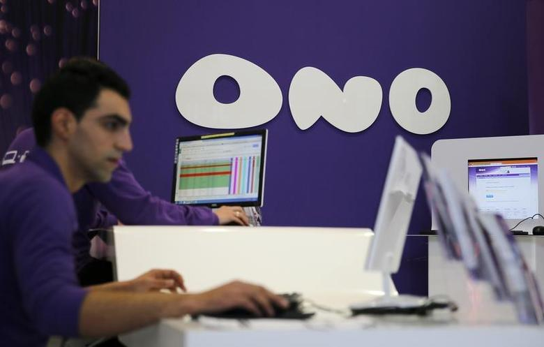 Employees work at an Ono shop in Leganes, near Madrid, March 17, 2014. REUTERS/Paul Hanna