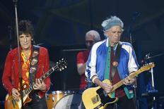 Foto del lunes de Ron Wood y Keith Richards, miembros de The Rolling Stones, en un recital de la banda. Mayo 26, 2014. La banda de rock The Rolling Stones se presentó el lunes en Oslo, en su regreso a la gira mundial que había quedado suspendida en marzo tras la muerte de la diseñadora de moda  L'Wren Scott, pareja del vocalista Mick Jagger. Foto provista por NTB Scanpix. REUTERS/Terje Bendiksby/NTB Scanpix