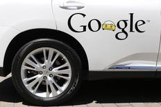 Самоуправляемый автомобиль Google в Маунтин-Вью, Калифорния, 13 мая 2014 года. Технологический гигант Google Inc разрабатывает автомобили, в которых не будет руля, педалей газа и торможения, сообщила компания во вторник. REUTERS/Stephen Lam