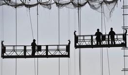 Chantier de construction d'une nouvelle gare ferroviaire en Chine, dans la ville de Hefei. Les autorités chinoises s'emploient à épargner au pays un ralentissement économique encore plus prononcé, estiment des analystes, se fondant sur le fait que Pékin presse les régions d'accélérer leurs dépenses dans le mois qui vient pour doper l'activité. /Photo prise le 6 mai 2014/REUTERS