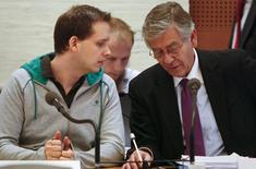 Uno de los fundadores del sitio web de intercambio de archivos Pirate Bay ha sido arrestado en el sur de Suecia para cumplir una condena por violación de los derechos de autor, y después de haber estado fugado, dijo la policía sueca el sábado. En la imagen, el cofundador de Pirate Bay detenido,  Peter Sunde (izquierda) habla con su abogado Peter Althin  durante un juicio en Estocolmo, el 3 de marzo de 2009. REUTERS/Bob Strong