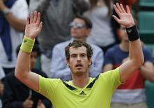 Andy Murray of Britain celebrates after winning his men's singles match against Philipp Kohlschreiber of Germany at the French Open tennis tournament at the Roland Garros stadium in Paris June 1, 2014.   REUTERS/Jean-Paul Pelissier