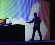 El presidente ejecutivo de Apple, Tim Cook, deja el escenario tras ofrecer una presentación en una conferencia a programadores en San Francisco.  Apple presentó el lunes en su conferencia anual de desarrolladores una aplicación móvil que puede recoger y analizar datos de salud de los usuarios, como parte de una serie de nuevas funciones avanzadas de programas para móviles y computadoras.  REUTERS/Robert Galbraith