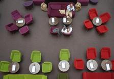 Le secteur privé allemand a crû pour le 13e mois d'affilée en mai, avec une activité dans les services à son plus haut niveau en près de trois ans, selon l'enquête Markit auprès des directeurs d'achat publiée mercredi, qui reflète une croissance vigoureuse de la première économie européenne. /Photo d'archives/REUTERS/Fabrizio Bensch