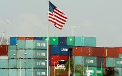 Le déficit commercial américain a atteint en avril un niveau sans précédent, en raison notamment d'une envolée des importations, ce qui pourrait pénaliser le produit intérieur brut au deuxième trimestre. /Photo d'archives/REUTERS/Lucy Nicholson