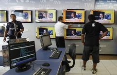 Vendedor mostra televisores em loja de São Paulo. A Copa do Mundo tem ajudado ao menos duas atividades industriais da economia brasileira, a produção de televisores e de bebidas, na contramão do recuo geral da indústria em abril, de acordo com dados divulgados pelo IBGE nesta quarta-feira. 18/02/2013 REUTERS/ Nacho Doce