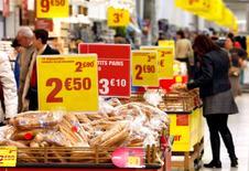 La Banque centrale européenne (BCE) a revu à la baisse sa prévision d'inflation dans la zone euro pour cette année et les deux prochaines. L'institution prévoit notamment pour 2016 une hausse des prix de 1,4% seulement, contre 1,5% prévu en mars. /Photo d'archives/REUTERS/Eric Gaillard