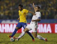 Neymar é marcado por Ivanovic em amistoso do Brasil contra a Sérvia em São Paulo. 06/06/2014  REUTERS/Paulo Whitaker