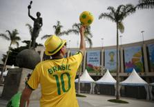 A street busker spins a soccer ball outside the Maracana stadium in Rio de Janeiro ahead of the 2014 World Cup, June 6, 2014.   REUTERS/Paul Hanna