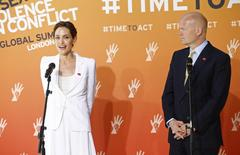 En la imagen, la actriz de Hollywood Angelina Jolie (I) habla durante la cumbre contra la violencia sexual en Londres y es observada por el secretario británico de Relaciones Exteriores, William Hague (D), 10 de junio de 2014.  Jolie y Hague prometieron el martes conseguir acciones prácticas en la primera cumbre mundial para poner fin a la violencia sexual en conflictos, castigar a los responsables y ayudar a las víctimas. REUTERS/Andrew Winning