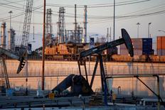 Imagen de archivo de una bomba de extracción de crudo en los alrededores de Long Beach, EEUU, jul 30 2013. La producción total de petróleo en Estados Unidos anotó en mayo su nivel más alto en 26 años, alcanzando un promedio de 8,4 millones de barriles por día (bpd), informó el martes la gubernamental Administración de Información de Energía en un reporte mensual sobre el panorama energético a corto plazo. REUTERS/David McNew