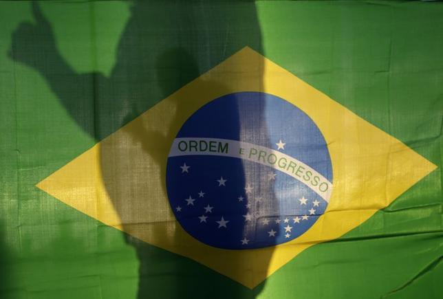 6月10日、ブラジルで政権交代を確実にするには、サッカーW杯ブラジル大会が「惨敗」に終わることが必要だ。写真は同国の国旗。ブラジリアで5月撮影(2014年 ロイター/Ueslei Marcelio)