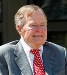 L'ancien président américain George H.W. Bush, qui fête ce jeudi ses 90 ans, entend marquer l'événement en sautant en parachute avec un groupe d'anciens combattants. /Photo prise le 25 avril 2013/REUTERS/Mike Stone