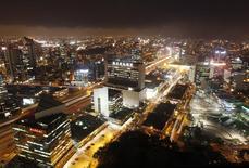 Imagen de archivo del distrito financiero de San Isidro en Lima, dic 19, 2013. El Banco Central de Perú mantuvo el jueves su tasa de interés de referencia en un 4 por ciento, como anticipaba el mercado, debido a que las expectativas de inflación siguen ancladas dentro del rango meta. REUTERS/Enrique Castro-Mendivil