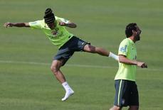 Neymar brinca com Fred durante treino do Brasil neste sábado.   REUTERS/Marcelo Regua