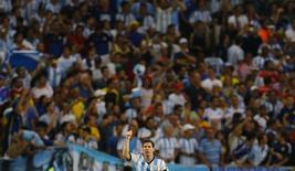 Argentino Lionel Messi comemora gol no Maracanã, observado pela torcida, em partida contra a Bósnia. 15/6/2014. REUTERS/Pilar Olivares