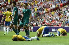 Jogadores brasileiros lamentam derrota para o México na final da Olimpíada de 2012, no estádio Wembley, em Londres. 11/08/2012. REUTERS/Nigel Roddis