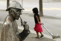 Imagen de archivo de una estatua alusiva al personaje Sherlock Holmes en Meiringen, Suiza jul 6 2010. Cincuenta obras sobre Sherlock Holmes publicadas por Arthur Conan Doyle antes de 1923 son de dominio público, dictaminó el lunes un tribunal de apelaciones de Estados Unidos, que además dijo que pueden hacerse referencia a las mismas libremente sin tener que pagar derechos a los herederos del escritor escocés.    REUTERS/Arnd Wiegmann