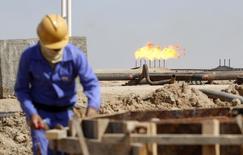 Рабочий на НПЗ в Басре, 1 марта 2014 года. Цены на нефть снижаются, в то время как США рассматривают возможность авиационных ударов по вооруженным исламистским группировкам в Ираке. REUTERS/Essam Al-Sudani